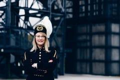 黑煤矿工人监督员节目制服的妇女有在帽子的胆怯的 免版税库存图片
