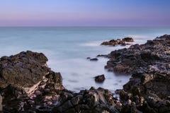 黑熔岩岩石海景 免版税库存照片