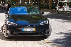 黑特斯拉模型S汽车在里斯本停放了 免版税库存图片