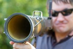 黑玻璃的佣工与反坦克火箭发射器,RPG在手中 免版税库存照片