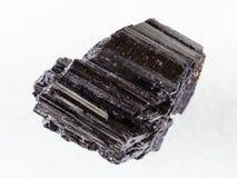 黑电气石Schorl未加工的水晶在白色的 库存图片