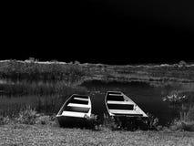 黑白两条的小船 免版税库存图片