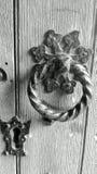 黑白城堡老敲钥匙的门把手 免版税图库摄影
