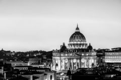 黑白夜观点的圣皮特圣徒・彼得's大教堂在梵蒂冈,罗马,意大利 免版税库存照片