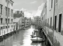 黑白小威尼斯式运河和老砖墙有葡萄酒传统阳台的 意大利威尼斯 库存图片