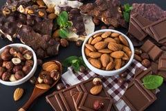 黑白巧克力片断与坚果的 免版税库存图片