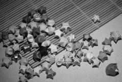 黑白幸运星和其他origami形象 库存照片