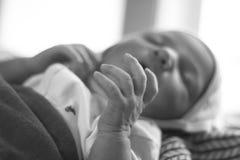 黑白新出生的婴孩的手 免版税库存图片