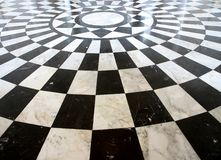 黑白方格的大理石楼层模式 库存照片