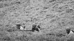 黑白武装的战士 免版税库存照片