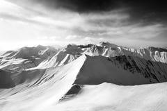 黑白滑雪场地外的倾斜和阳光天空 免版税图库摄影