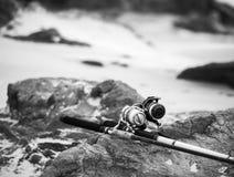 黑白的海滩的钓鱼竿 库存图片