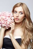 黑白礼服和金发的女性有八仙花属的bo 库存照片