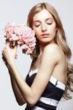 黑白礼服和金发的女性有八仙花属的bo 图库摄影