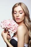 黑白礼服和金发的女性有八仙花属的bo 免版税库存图片