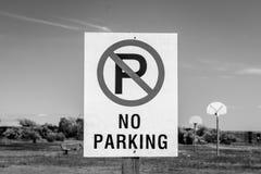 黑白禁止停车的标志 免版税库存图片
