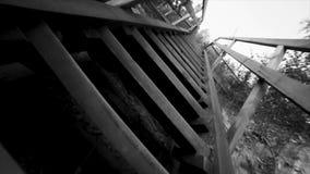 黑白老台阶天空的背景底视图  英尺长度 泰国木房子台阶样式 老木桥在 库存图片