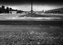 黑白胜利纪念碑在莫斯科背景中 免版税库存照片