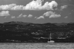 黑白色剧烈的海景亚得里亚海和偏僻的小船 免版税库存照片