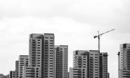 黑白都市高层现代住宅的概念 免版税库存图片