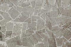 黑白重复的被撕毁的报纸背景 连续的样式,正确,上上下下 免版税库存图片