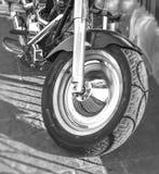 黑白马达自行车第一个轮子在城市街道上停放了 免版税库存照片