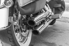 黑白,两个排气管和摩托车引擎 免版税库存照片