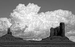 黑白,惊人的多云天空的纪念碑谷那瓦伙族人部族公园 库存照片