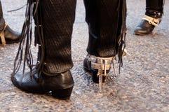 黑皮革和金属传统智利靴子和裤子 免版税库存照片