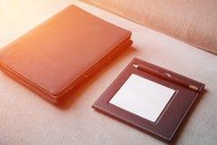 黑皮革笔记薄和笔记本 图库摄影