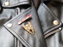 黑皮革经典骑自行车的人夹克细节有金属的证章 免版税库存照片