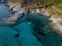 黑石海滩, Nonza,用石头做的几何设计鸟瞰图  免版税库存图片
