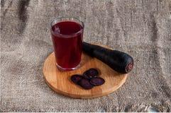 黑红萝卜或Salgam、鸦葱与幻灯片和一杯它的汁液在白色背景 库存图片