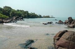 黑约翰逊海滩在塞拉利昂,有风平浪静、ropcks和离开的海滩的非洲 库存图片