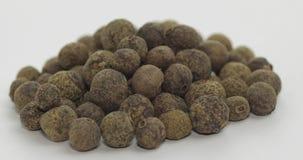 黑胡椒自转 豌豆用香料 在白色背景的宏指令 股票录像