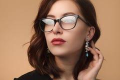黑色为装边的眼镜的美丽的妇女 库存照片