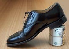 黑色企业货币鞋子 免版税库存图片