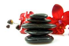 黑色兰花丝绸温泉被堆积的石头 库存照片
