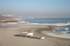 黑色冻结的海岸 免版税库存图片
