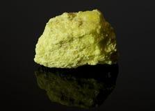 黑色反射性岩石硫磺表面 图库摄影