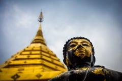 黑色和菩萨金雕象在土井素贴 免版税库存照片