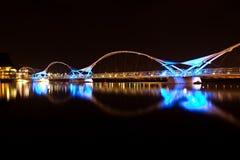 黑色和蓝色桥梁在晚上 图库摄影