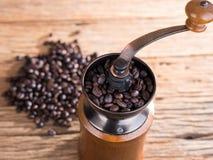 黑色在年迈的木头的烤咖啡豆 免版税库存照片