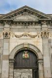 黑色城堡棋子反映白色 入口主要 基尔肯尼 爱尔兰 免版税库存照片