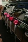 黑色大型高级轿车婚礼 库存图片