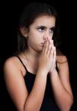 黑色女孩讲西班牙语的美国人查出的祈祷 免版税库存照片