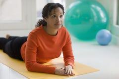 黑色实践的俏丽的女子瑜伽 免版税库存照片