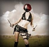 黑色屏蔽的性感的危险妇女 免版税库存照片