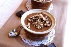 黑色巧克力托起奶油甜点 免版税库存照片