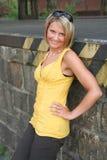 黑色性感的妇女黄色 免版税图库摄影